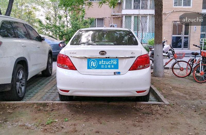 2018款比亚迪e5,续航450公里的新能源纯电动汽车!环保、安静、省钱,不受北京各种限行措施影响,是市内出行的绝佳选择! 1、满电夏天开空调续航450公里左右,冬天开暖风续航350公里左右,频繁急加速和急刹车会降低续航里程。 2、敬请提前一天以上订车,上午取车,以便车辆充电,交车时才能保证满电。 3、因白天用车导致电量较低,且晚上光线不适宜拍照取证,请勿在天黑时段取车、还车。 4、剩余电量接近20%时请务必及时补电,可以连接220V家用空调插座进行充电,一般35小时充满。晚上充电,白天用车,非常方便。可